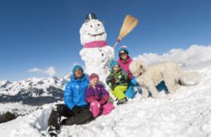 eine glückliche Familie auf einer Schneeschuh-Wanderung in Wildhaus