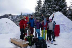 skitouren-gruppe-in-kirgistan-vor-der-jurte